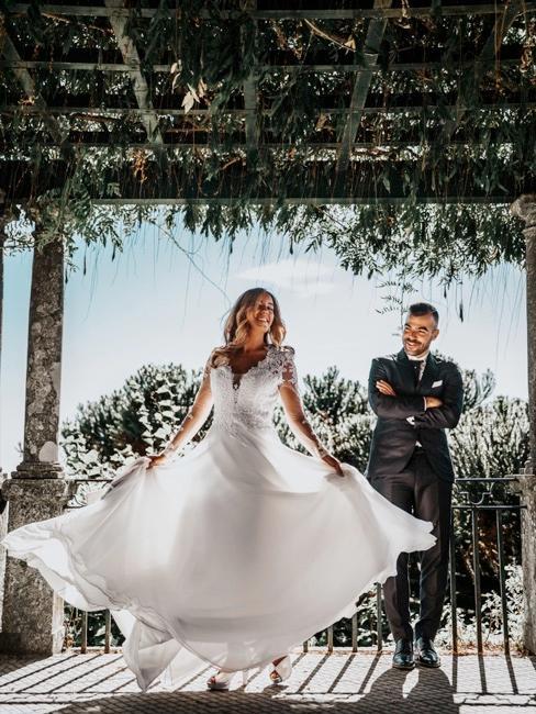 pareja de recíen casados en una terraza