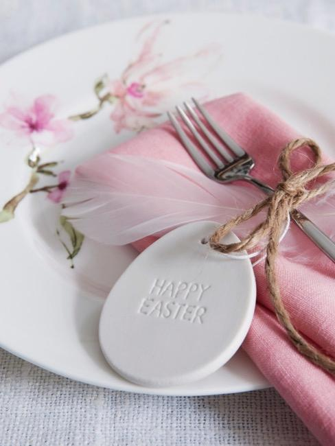Assiette blanche avec serviette rose