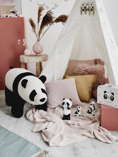 familia de osos panda de peluche en un tipi en la habitación de niños