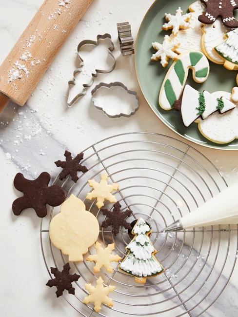 Stół z udekorowanymi świątecznymi ciasteczkami