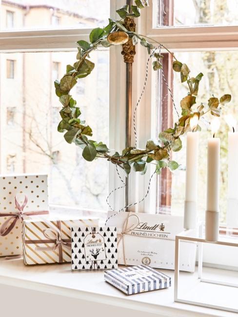 Nahaufnahme Fenstersims mit Geschenken
