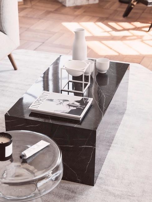 Salon avec table basse en marbre noir sur un tapis blanc