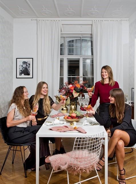Amigas en una mesa celebrando