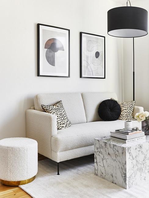Wohnzimmer in erster eigener Wohnung in Grau, Weiß und Schwarz