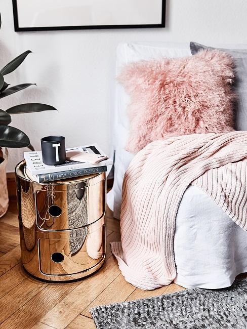 Designer Nachttisch von Kartell in glänzendem Gold im Schlafzimmer