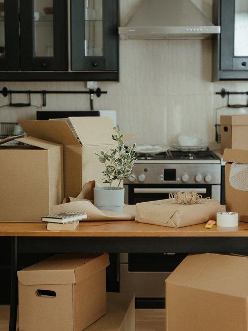 Checkliste Umzug Kartons in der Küche