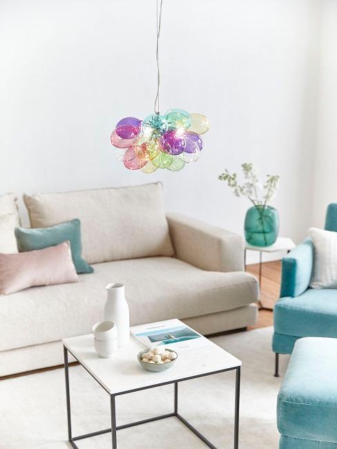 Designerska, kolorowa lampa umieszczona w jasnym salonie