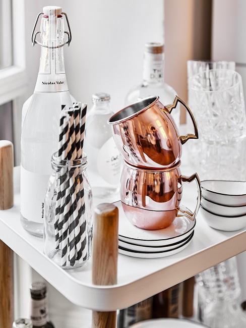 Tazas de cobre en una camarera