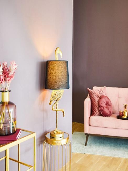 Decoratieve lamp in de vorm van een flamingo op een bijzettafel in de woonkamer