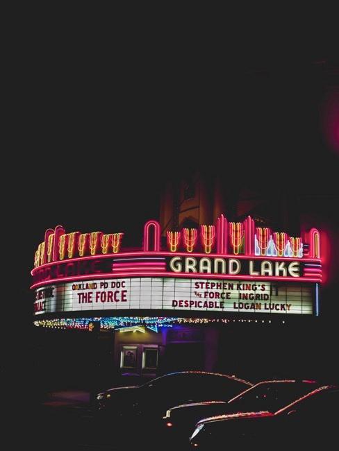 Neony kinowe w nocy