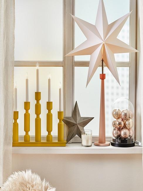 Fenster mit Kerzen, Sternen und Weihnachtskugeln zur Deko
