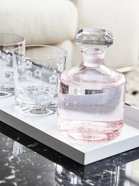 Tablett dekorieren mit Wasserkaraffe und Wassergläsern