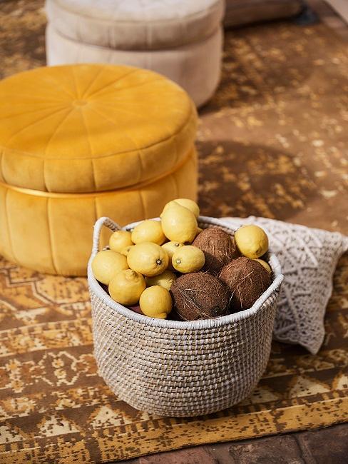 Korb Deko mit Zitronen und Kokosnüssen gefüllt und gelber Sessel