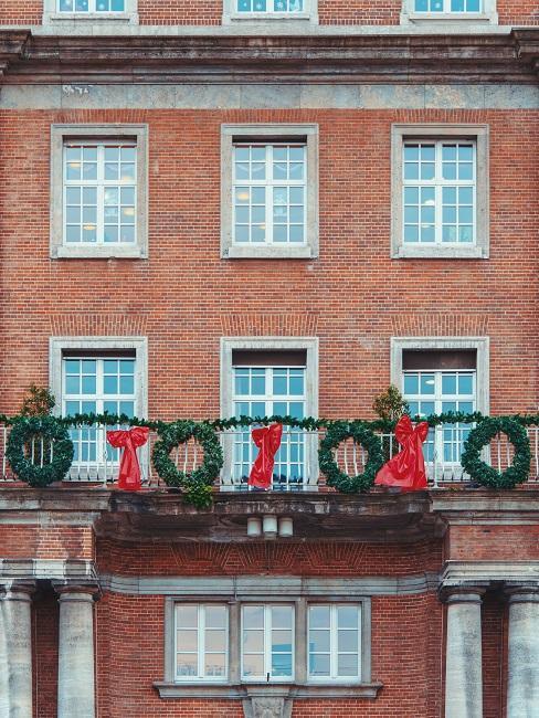 Ziegelstein-Haus mit weihnachtlicher Deko am Balkon