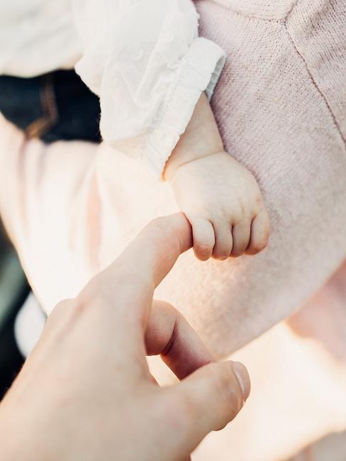 Mutter gibt Ihrem Baby den Zeigefinger