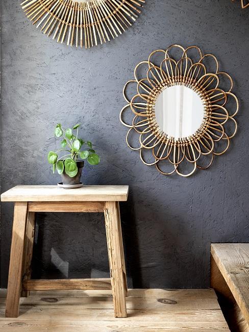 Flur Farbe schwarz mit goldenen Spiegeln und Holzhocker