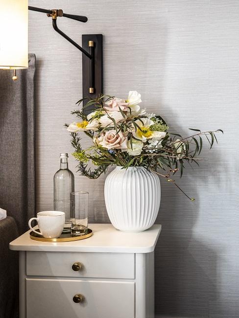 Vintage Schlafzimmer Nachttisch mit Blumenvase und Tasse
