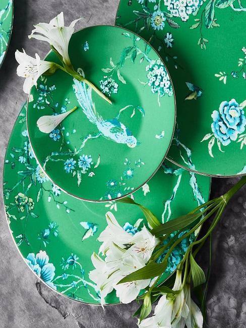 Geschirr Set in Grün mit floralem Muster, dazu Lilien Deko