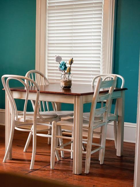 Küche mit einem kleinen Tisch und Stühlen aus weiß lackiertem Holz im Shabby Look