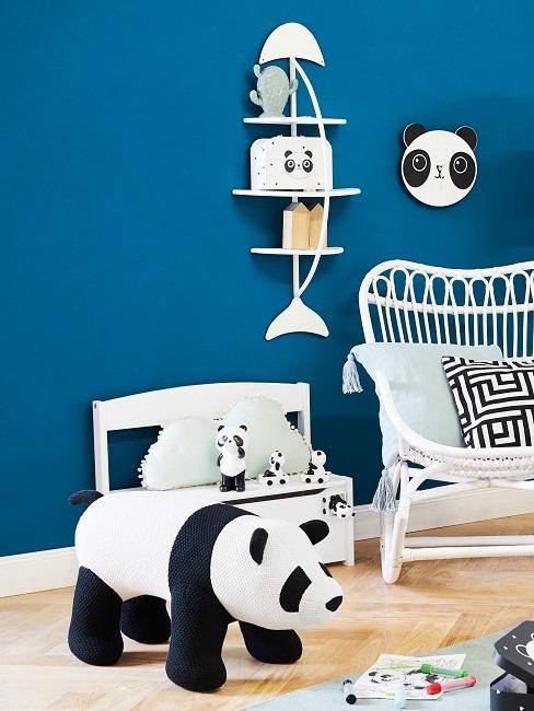Blaue Wand in Kinderzimmer mit viel Panda-Deko