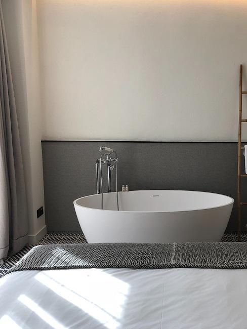 Luxus Schlafzimmer mit einer freistehenden Badewanne am Bettfuß