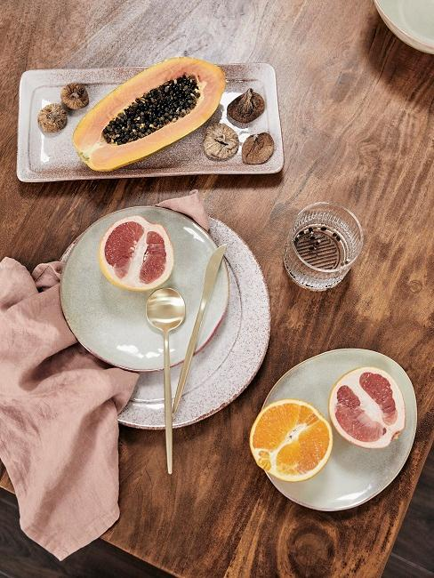 Keramik Geschirr auf Holztisch mit Obst