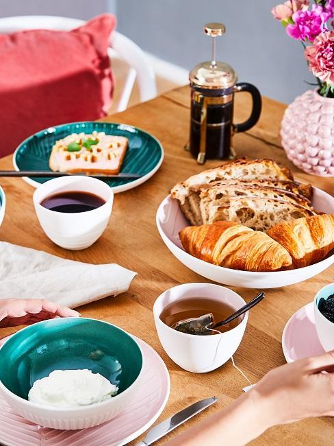 Buntes Geschirr am Frühstückstisch