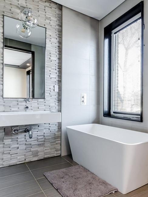 Helles moderne Badezimmer mit Steinwand