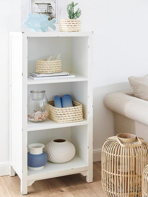 Wohnzimmer Landhausstil Regal Maritim Körbe Sofa