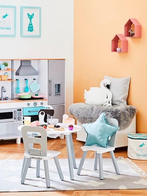 Apricotfarbenes Kinderzimmer