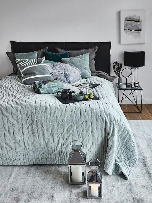 Wandfarbe Grau in Schlafzimmer mit grüner Bettwäsche