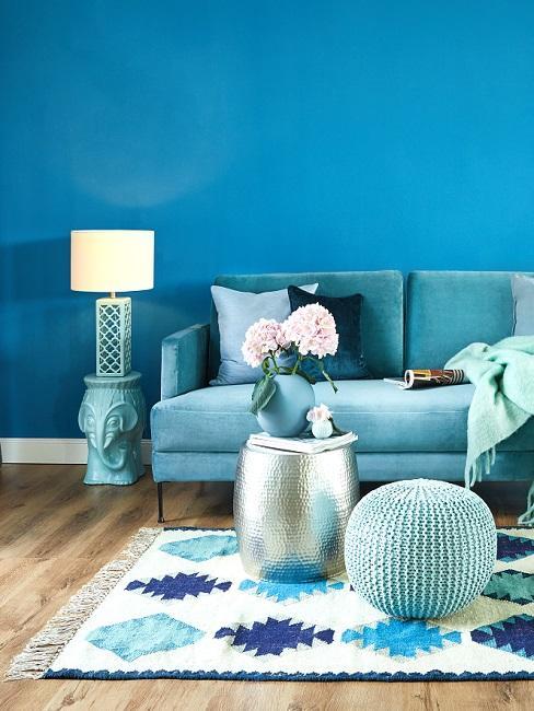 Wandfarbe Blau im Wohnzimmer mit blauen Möbeln und Deko