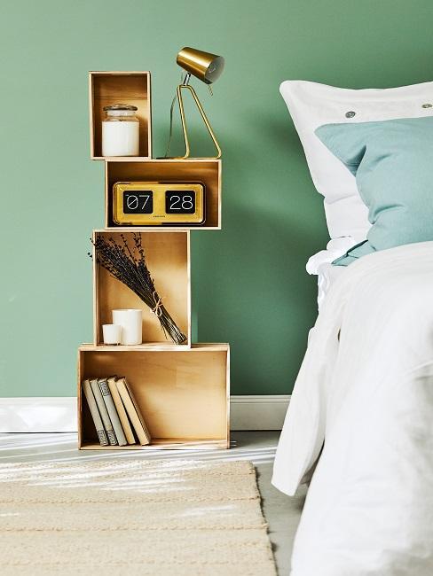 Wandfarbe Salbeigrün mit Holzregal neben Bett