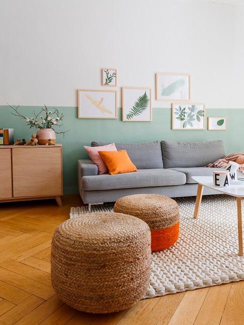 Scandi Wohnzimmer mit mintgrüner Wandfarbe und orangenen Details