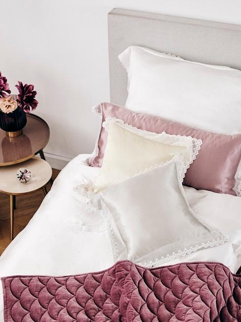 Schlafzimmer mit rosa Bettwäsche