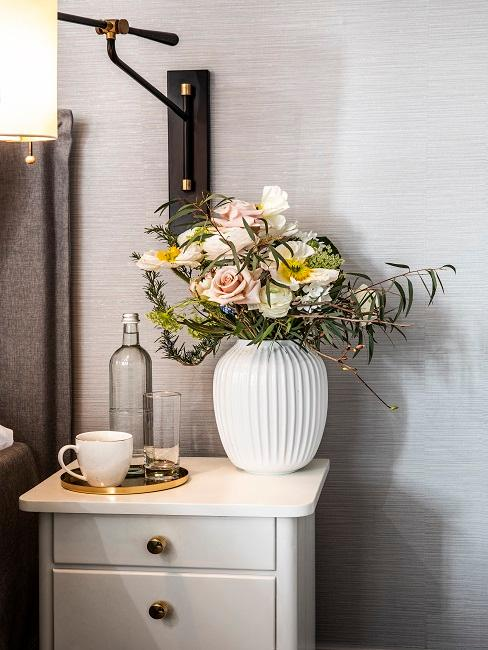 Blumen auf dem Nachttisch