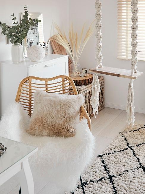 Fell auf Sessel im Schlafzimmer