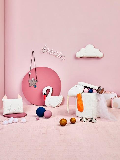 Rosafarbene Wand und Teppich mit Spielsachen