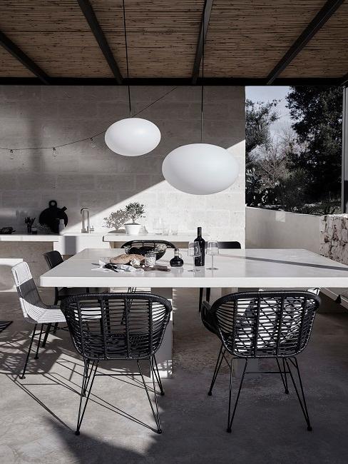 Moderne Terrasse in Schwarz und Weiß