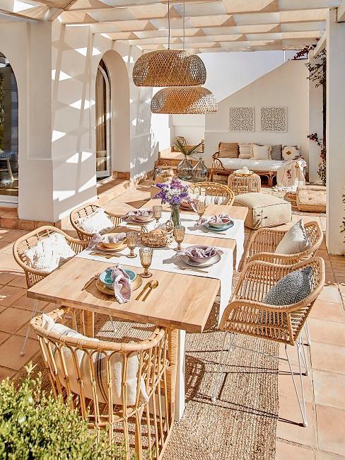 Sommerlich gedeckter Tisch
