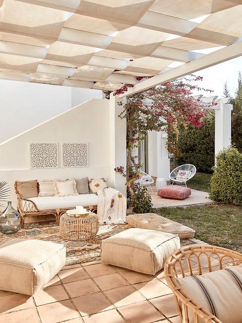 Mediterraner Garten mit einer Terrasse