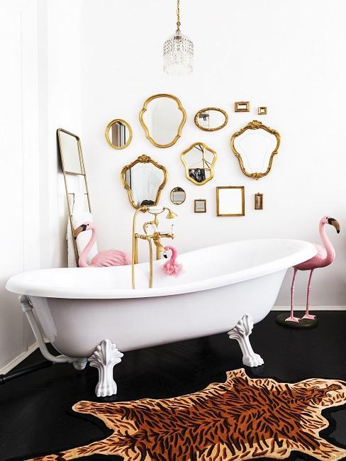 Gäste WC mit Badezimmer, vielen kleinen Wandspiegeln, und Tigerteppich