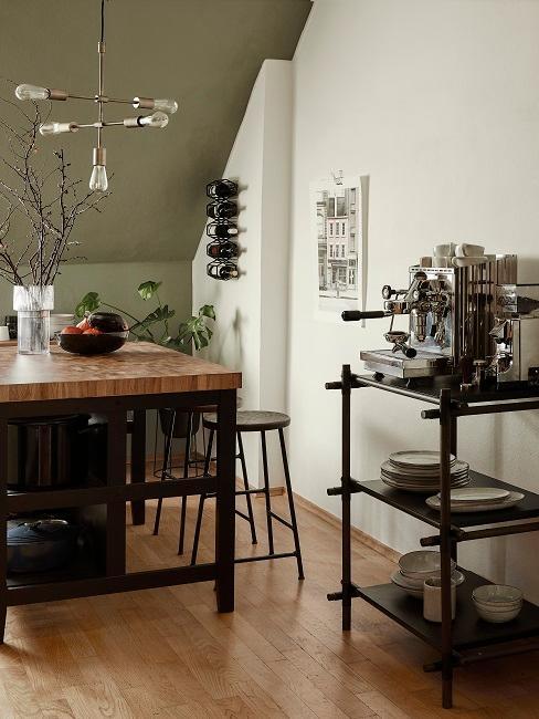 Küche mit einem Tresen, Hockern und einem Regal