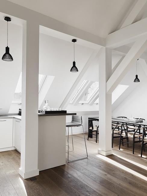 Offene Wohnküche mit Hocker am Bartresen und Esstisch mit Stühlen