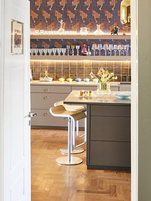 Küchentresen mit zwei Hockern