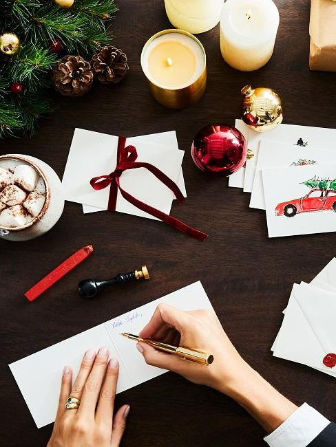 Frau schreibt Weihnachtskarten