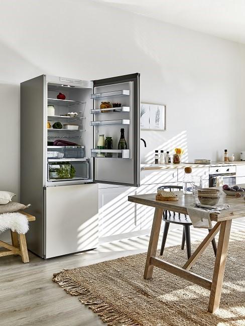 Offene Kühlschranktür in Küche