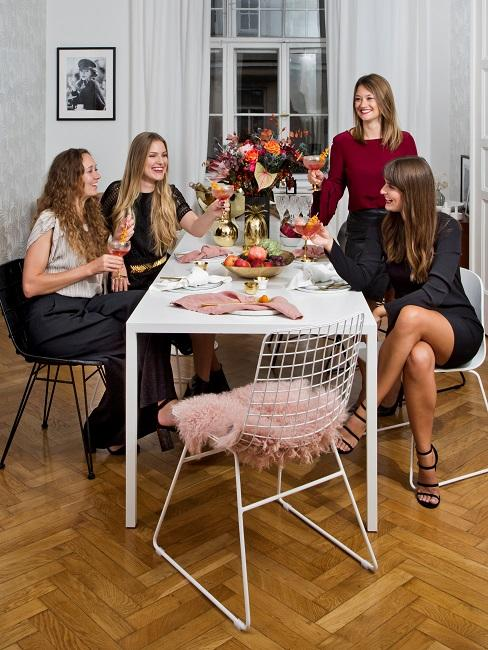 Frauen sitzen am Tisch