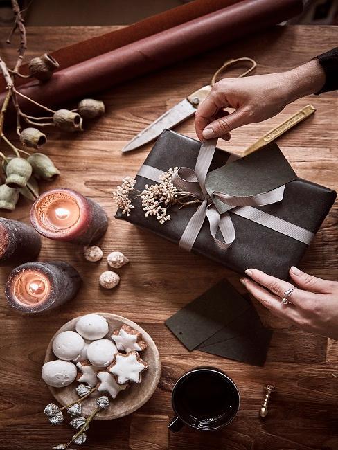 Weihnachtsgeschenk mit nachhaltiger Geschenkverpackung