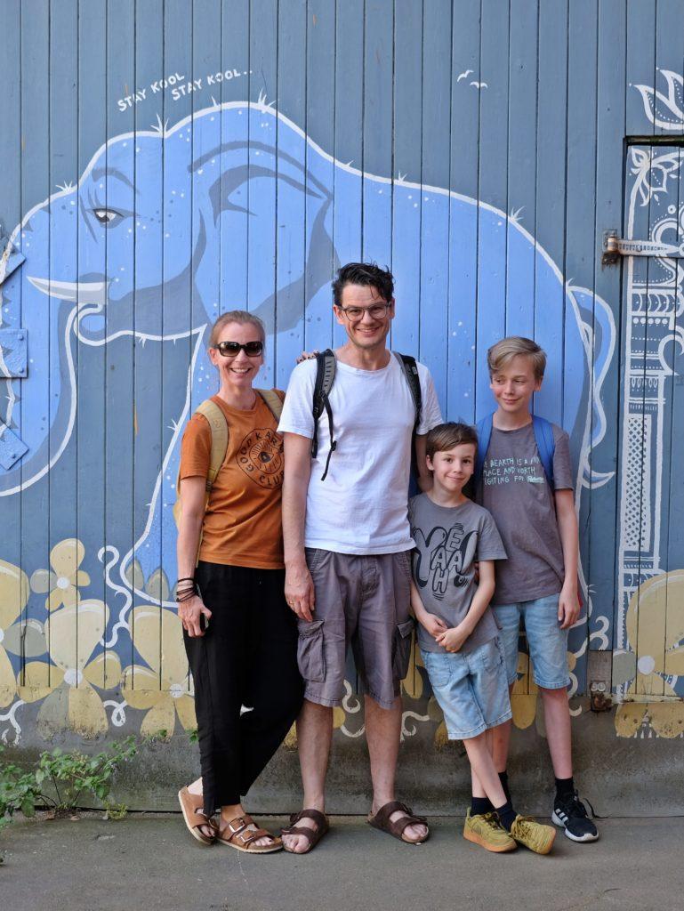 Familie vor bunter Wand